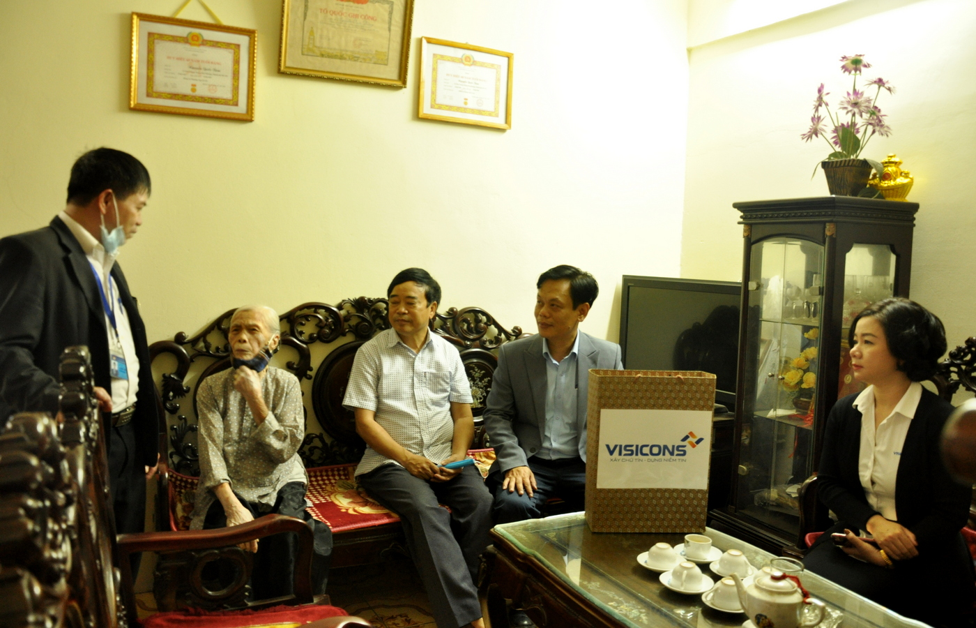 Visicons thăm hỏi và tặng quà các gia đình chính sách và gia đình có hoàn cảnh khó khăn trên địa bàn phường Trung Hòa